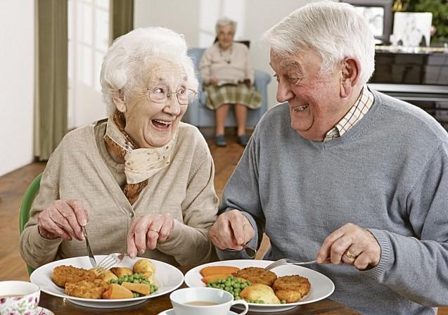 пожилые едят